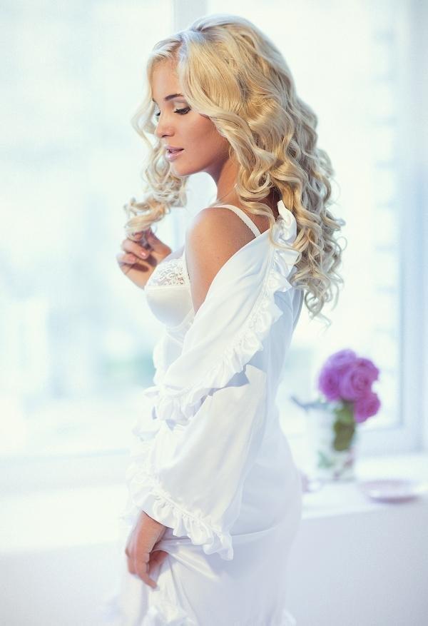Фото на аву девушка в белом
